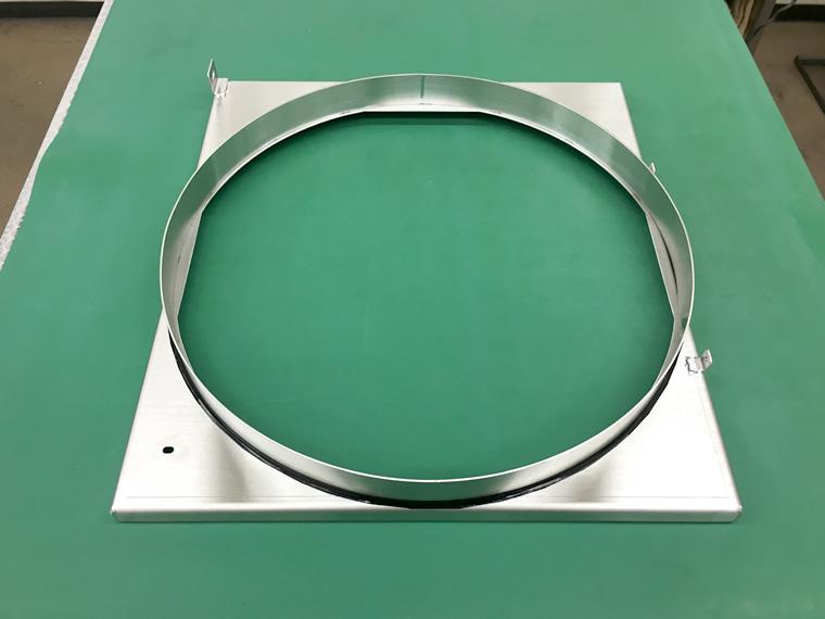 四角い板が丸くくり抜かれている金属製の製品