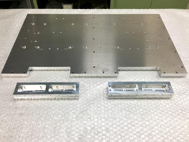 銀色の鉄板状金属部品の完成品