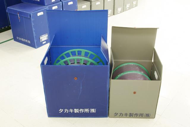 梱包材が二つ並んでいて中にそれぞれサイズの違うエンボスキャリアテープが入れられている